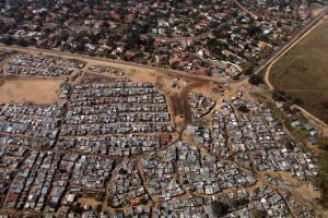 Contrasting high and low income housing juxtaposed in Bloubosrand, Johannesburg, June 2016. Photo: Christina Culwick