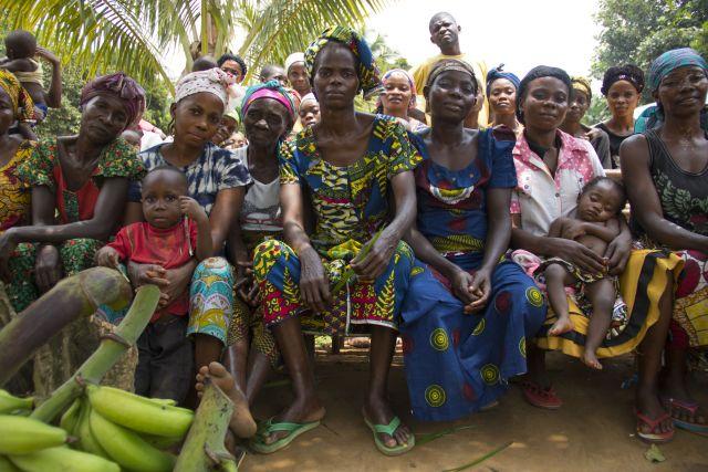 Des femmes et enfants de Mpaha, village du nord-ouest de la RDC. Photo par Molly Bergen/WCS, WWF, WRI