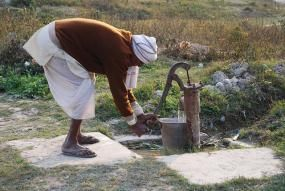 A farmer pumps water in Bihar, India. Photo credit: M. DeFreese, CIMMYT