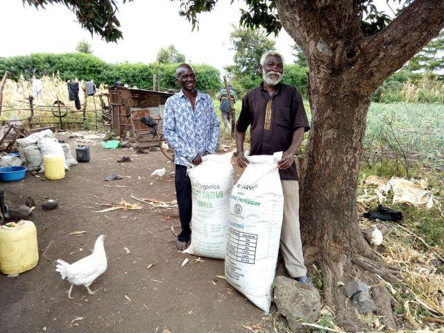 Agriculteurs qui viennent d'acheter de l'engrais.