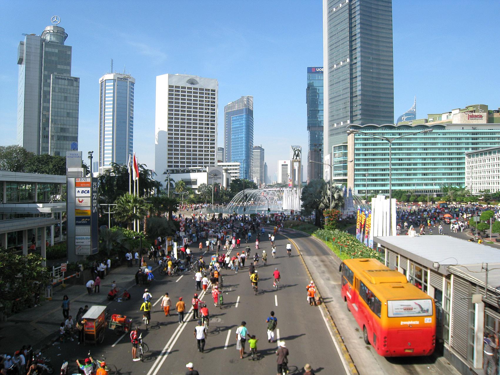 <p> Para pejalan kaki yang sedang menikmati Car Free Day di kota Jakarta. Foto oleh Gunawan Karya Pranata / Wikimedia Commons.</p>