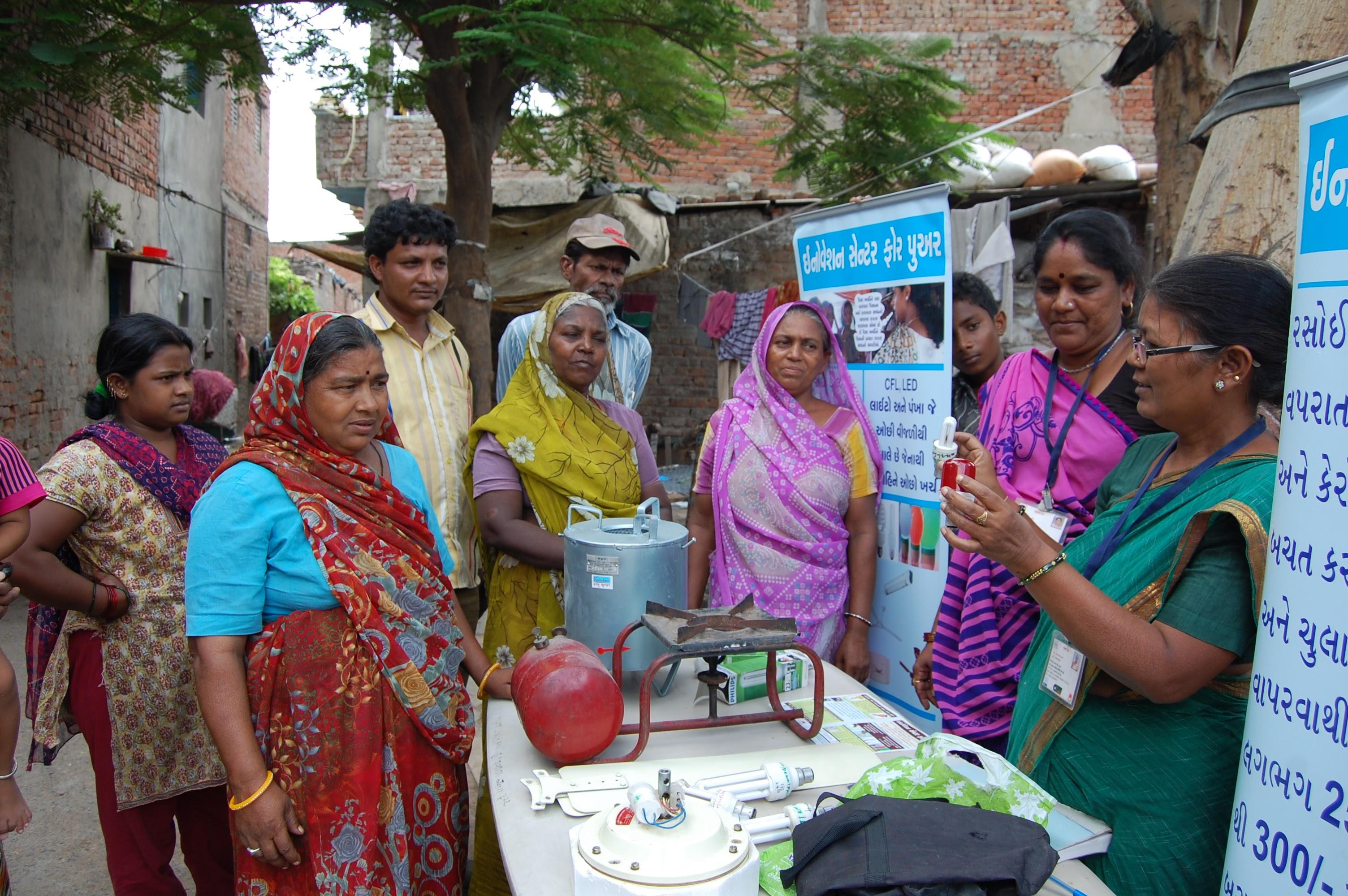 <p>Seorang Vikasini, atau perempuan pemimpin lokal, mengajarkan penduduk Ahmedabad tentang audit energi rumah. Foto oleh Mahila Housing Trust</p>