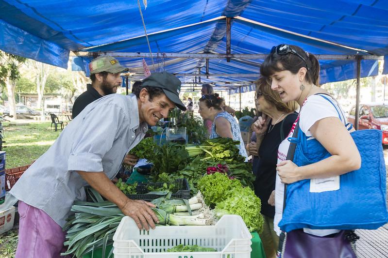 <p>Penduduk kota berbelanja buah dan sayuran yang ditanam secara lokal di pasar di Rosario. Foto oleh Municipalidad de Rosario</p>