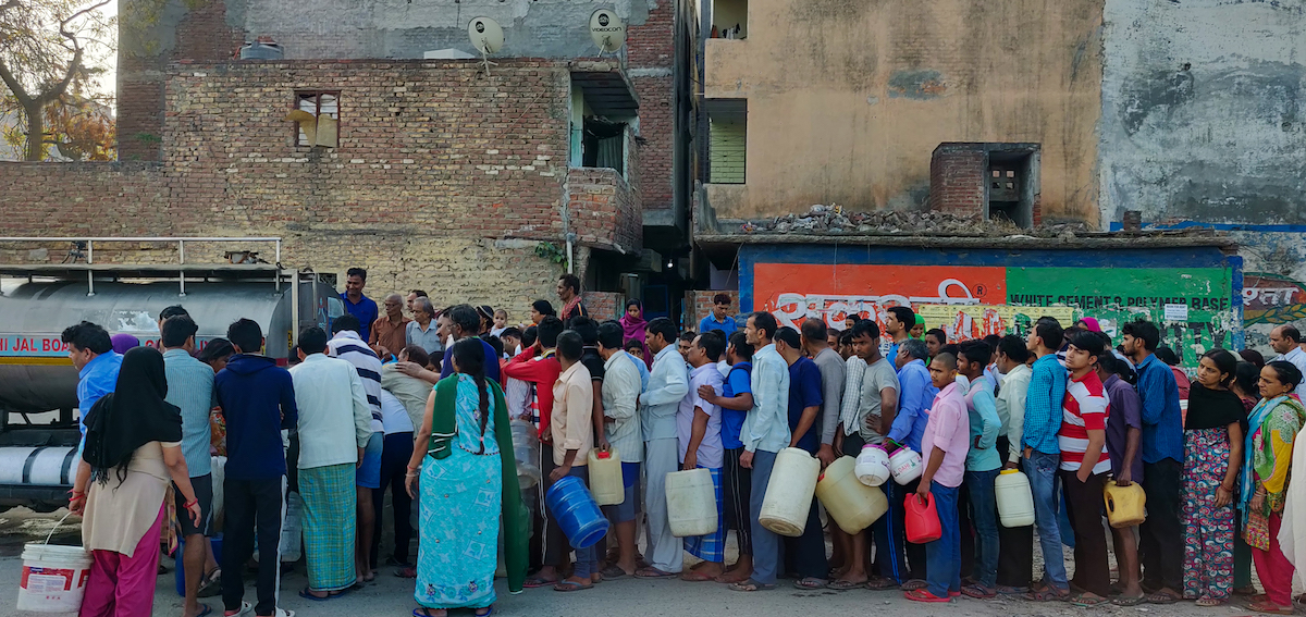 <p>People queue for water in New Delhi, India.</p>